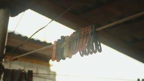 Vieilles pinces à linge colorées clips vidéos