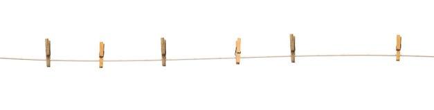Vieilles pinces à linge en bois sur une corde d'isolement Photographie stock