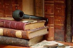 Vieilles pipe et pièces de monnaie de fumage impériales russes de livres Images libres de droits