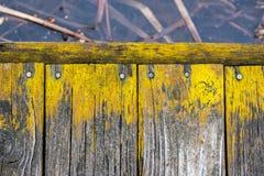 Vieilles planches en bois superficielles par les agents rustiques sur le chemin de marche dans le marais Image libre de droits