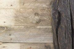 Vieilles planches naturelles en bois beiges rustiques et fond en bois foncé de conseil Image libre de droits