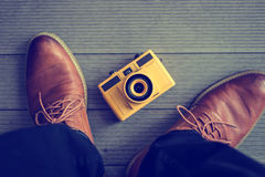 Vieilles portées chaussures en cuir brunes avec l'appareil-photo et au-dessus du brun Image libre de droits