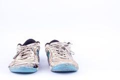 Vieilles portées chaussures futsal bleues de sports sur le fond blanc d'isolement Photographie stock libre de droits