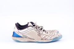 Vieilles portées chaussures futsal bleues de sports sur le fond blanc d'isolement Images libres de droits