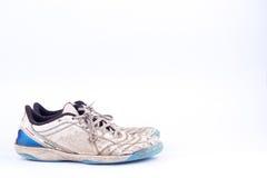 Vieilles portées chaussures futsal bleues de sports sur le fond blanc d'isolement Photos libres de droits