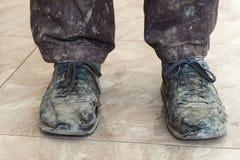 Vieilles portées chaussures poussiéreuses sales Image libre de droits