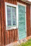 Vieilles porte et fenêtre de carlingue vertes Image libre de droits