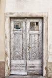Vieilles portes à deux battants gris-clair Images stock