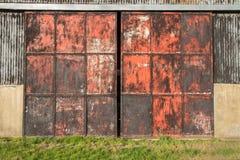Vieilles portes de grange à la ferme Photos stock