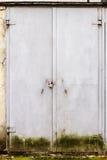 Vieilles portes en acier grises sur un mur photos libres de droits