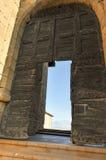 Vieilles portes en bois à une église antique XXI de siècle, France Images stock