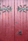 Vieilles portes en bois aux nuances du rouge foncé, avec le matériel noir lourd Photographie stock libre de droits