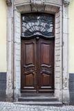 Vieilles portes en bois avec des vitraux, des grils forgés et des ornements Images stock