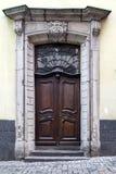 Vieilles portes en bois avec des vitraux, des grils forgés et des ornements Photos stock