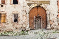 Vieilles portes en bois défraîchies rustiques de Brown photo stock