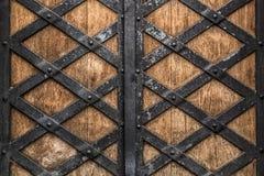 Vieilles portes en bois rustiques avec un fond forgé de texture en métal photographie stock