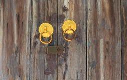 Vieilles portes en bois sur le foyer sélectionné Photographie stock libre de droits