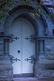 Vieilles portes fantomatiques d'église Photo stock