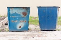 Vieilles poubelles en métal bleues Images libres de droits