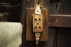 Vieilles prises électriques dans le mur de la Chambre, style de processus de vintage Photos stock