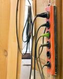 Vieilles prises avec un groupe de câbles Images stock