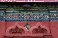 Vieilles queues colorées sur le mur de briques rouges de l'église d'épiphanie Photographie stock libre de droits