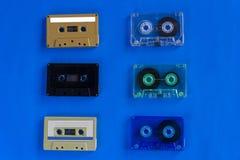 Vieilles rétros bandes de cassette sonore sur le fond bleu photographie stock libre de droits