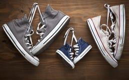 Vieilles rétros chaussures de sport pour tous les âges Images stock