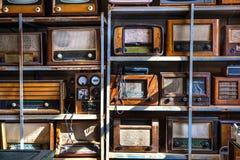 Vieilles radios sur un Shelfs Photo libre de droits