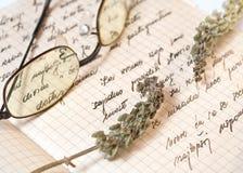 Vieilles recettes manuscrites et basilic sec Photos libres de droits