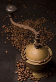 Vieilles rectifieuse de café et graines de café Photo libre de droits