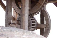 Vieilles roues dentées en bois de treuil au puits Photos libres de droits