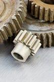 Vieilles roues dentées rouillées de vitesse sur le backgroun industriel rayé en métal Image libre de droits