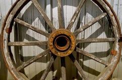 Vieilles roues en bois avec le hub et les rais Images stock