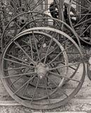 Vieilles roues en métal à vendre au marché antique Photos libres de droits