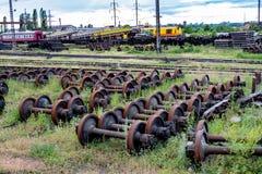 Vieilles roues rouillées de train images stock