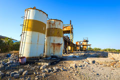 Vieilles, rouillées cuves de stockage dans une unité industrielle abandonnée, Grèce Photo stock