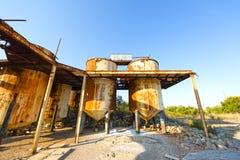 Vieilles, rouillées cuves de stockage dans une unité industrielle abandonnée, Grèce Images libres de droits