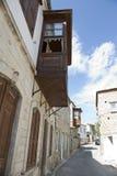 Vieilles rue et maison dans Alacati Photographie stock libre de droits