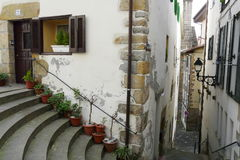 Vieilles rues de village de Hondarribia pendant un matin d'hiver, pays Basque, Espagne photo libre de droits