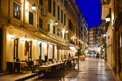 Vieilles rues de ville de ville de Corfou la nuit avec des restaurants image stock