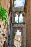 Vieilles ruines avec les fenêtres vénitiennes Photo stock