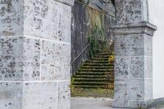 Vieilles ruines de bâtiment avec l'arcade en pierre de colonne et l'escalier en pierre envahi Photographie stock libre de droits
