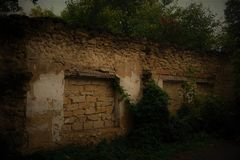 Vieilles ruines de la maison en pierre de ferme construite photo libre de droits