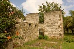 Vieilles ruines de moulin de sucre au ressort sur Bequia Photo stock