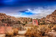 Vieilles ruines sous un ciel foncé Images stock