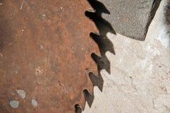 Vieilles scie de circulaire et roue à émeri rouillées Image stock