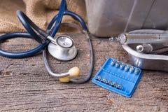 Vieilles seringues médicales, aiguilles hypodermiques et stéthoscope sur vieux images stock