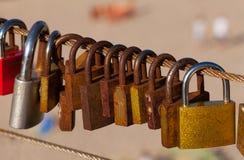 Vieilles serrures d'amour sur la balustrade de pont Images stock