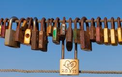 Vieilles serrures d'amour sur la balustrade de pont Photo libre de droits